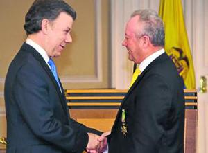 El Presidente Juan manuel Santos confirió la primera Orden Ariel Armel, a Don Arturo Calle
