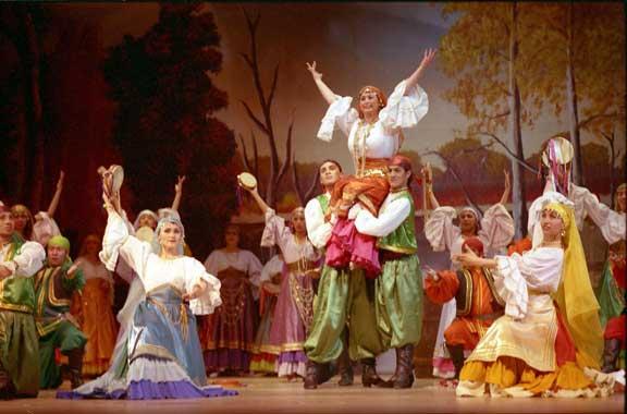 """Escena de la obra """"La leyenda del beso"""", una de los grandes montajes que hacen parte de la temporada de Zarzuela en el Teatro """"Jorge Eliécer Gaitán"""". También se presentarán: """"Carmén"""", """"Madame Butterfly"""", """"Rigoletto"""" y """"La del Soto del Parral"""". (Foto: archivo particular)"""
