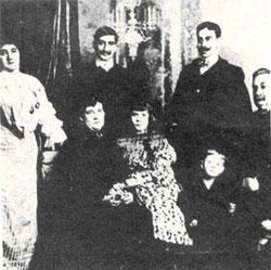 Núcleo familiar donde al lado del Coronel Escayola está su hijo Carlos Segundo (a)