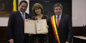 De izquierda a derecha: El Concejal Roger Carrillo Ocampo; Teresa Sánchez, gerente de la Clínica Centro Ocular Dr. Rincón, y Gilberto Castillo, Subgerente.
